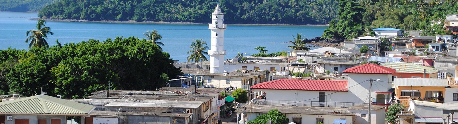 Paysage Mayotte - deux lieux de culte à bâti avec l'Action Missionnaire