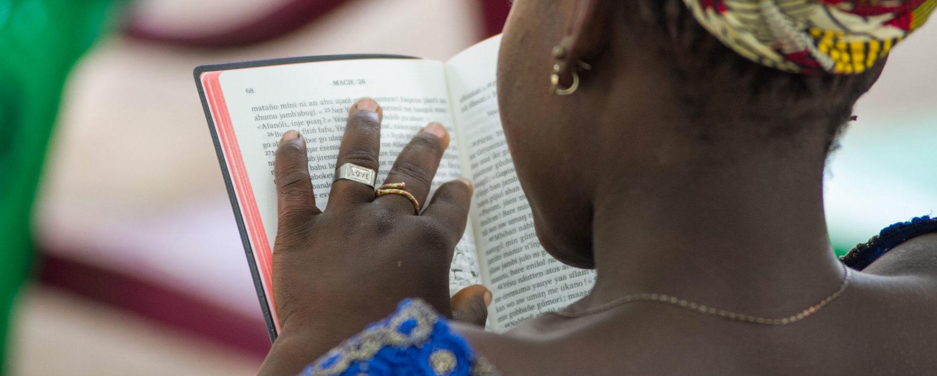 Une femme lit la bible