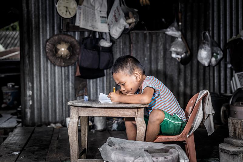 Projet de l'Action Missionnaire : écoles en Asie du Sud-Est. Sur cette photo nous voyons un enfant à l'école